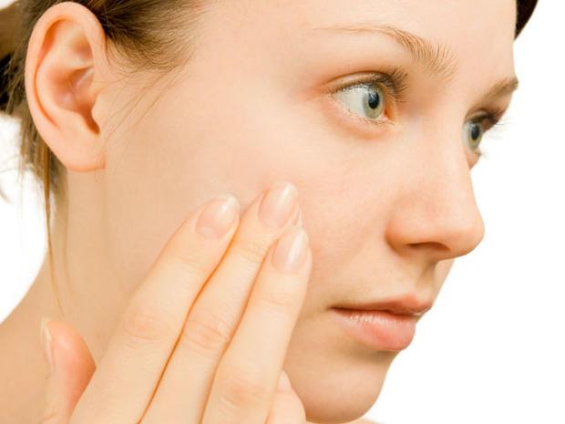 woman-examining-face